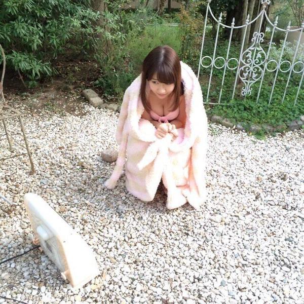 グラビア撮影のオフショット、ビキニ水着姿の柏木由紀