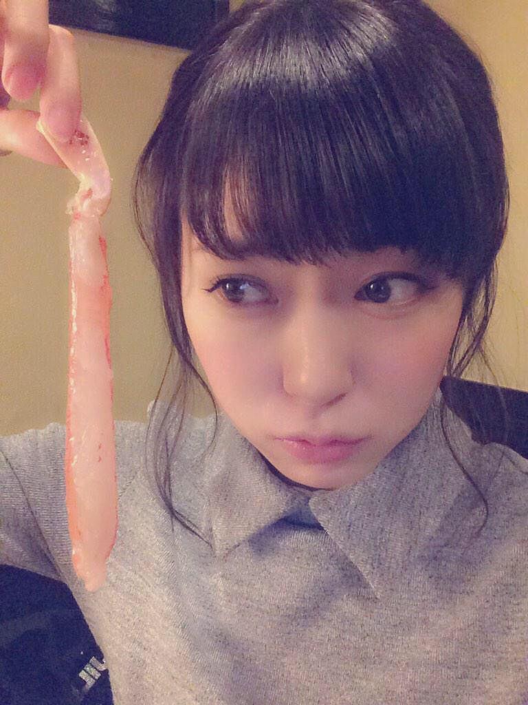 渡辺美優紀がコンドームを持ってる画像
