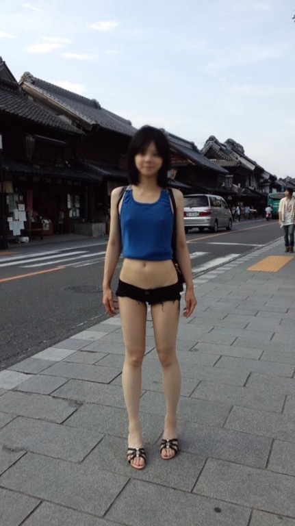 へそ出し、ショートパンツの女