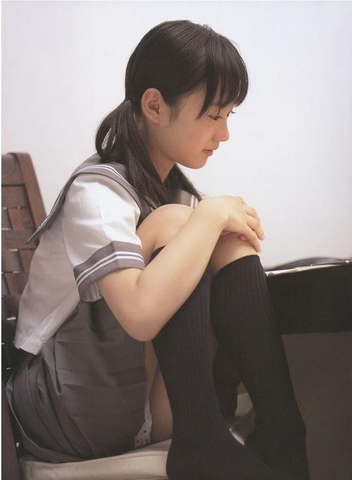 セーラー服姿で体育座りをしてパンチラしてる女子高生