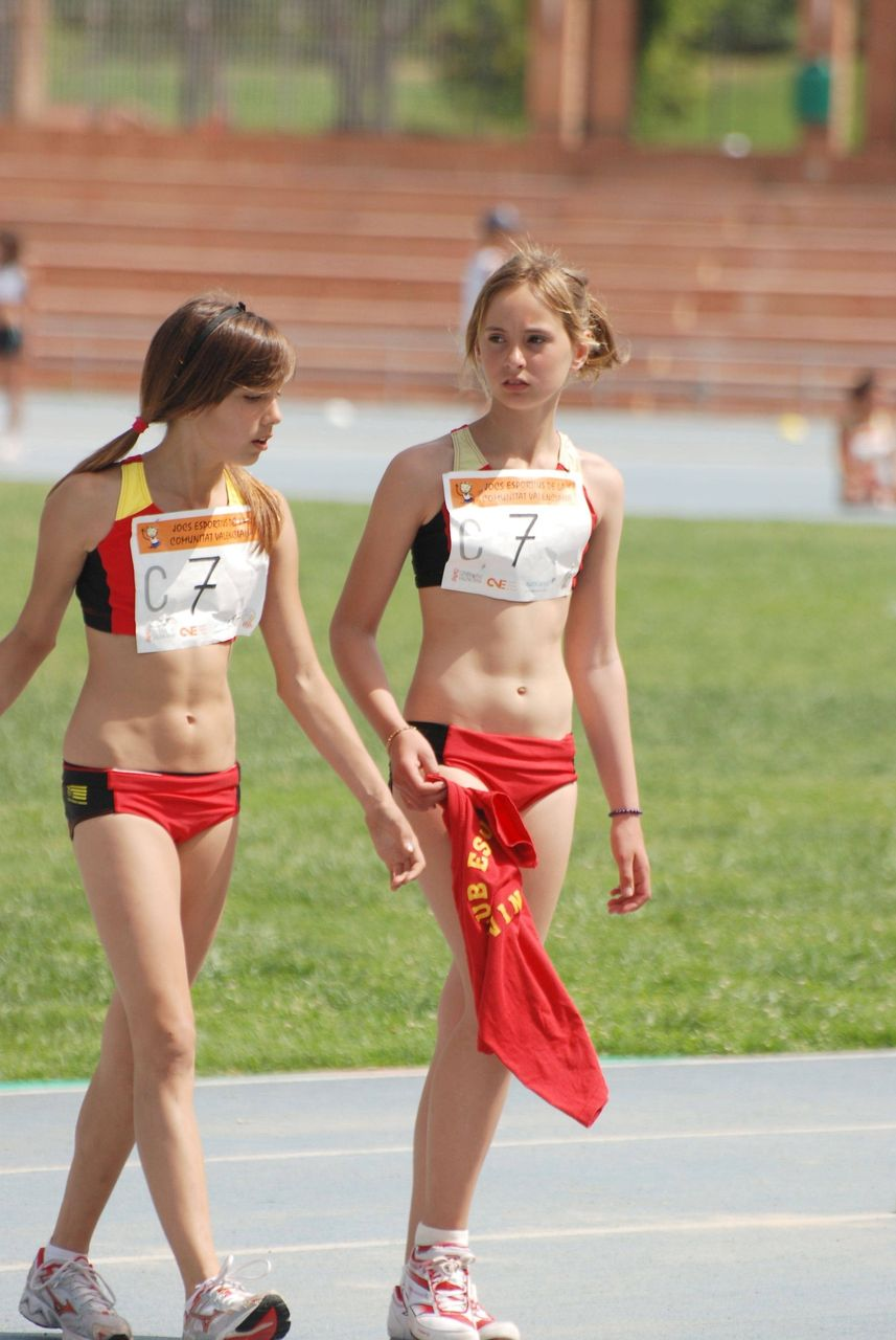 ユニフォーム姿の女子陸上部選手