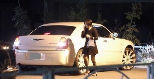 ダウンタウン・浜田雅功の愛車(クライスラー300c)に乗り込む愛人の吉川麻衣子