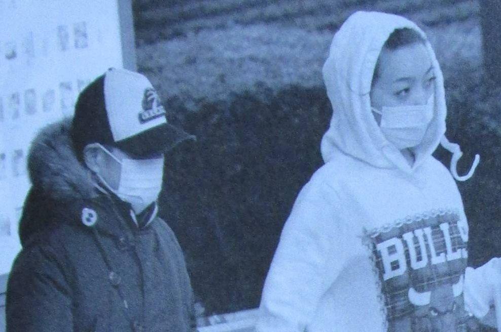 入院中の加藤茶の手を引いて歩く加藤茶の嫁・綾菜(週刊文春の画像)