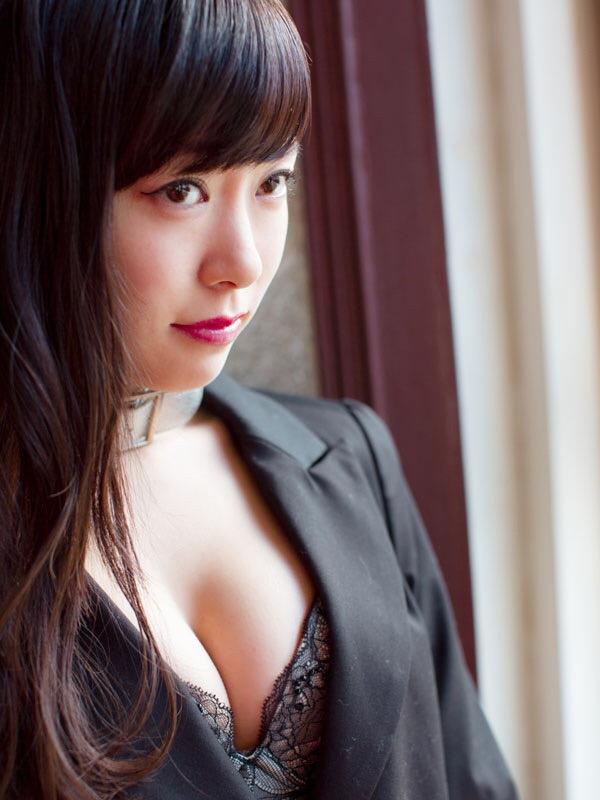 「別冊ヤングチャンピオン」2015年新年2月号、渡辺美優紀の巻頭グラビア画像