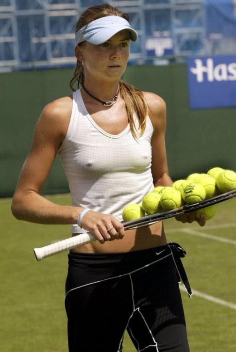女子テニスプレーヤー、ダニエラ・ハンチュコバの乳首ポチ
