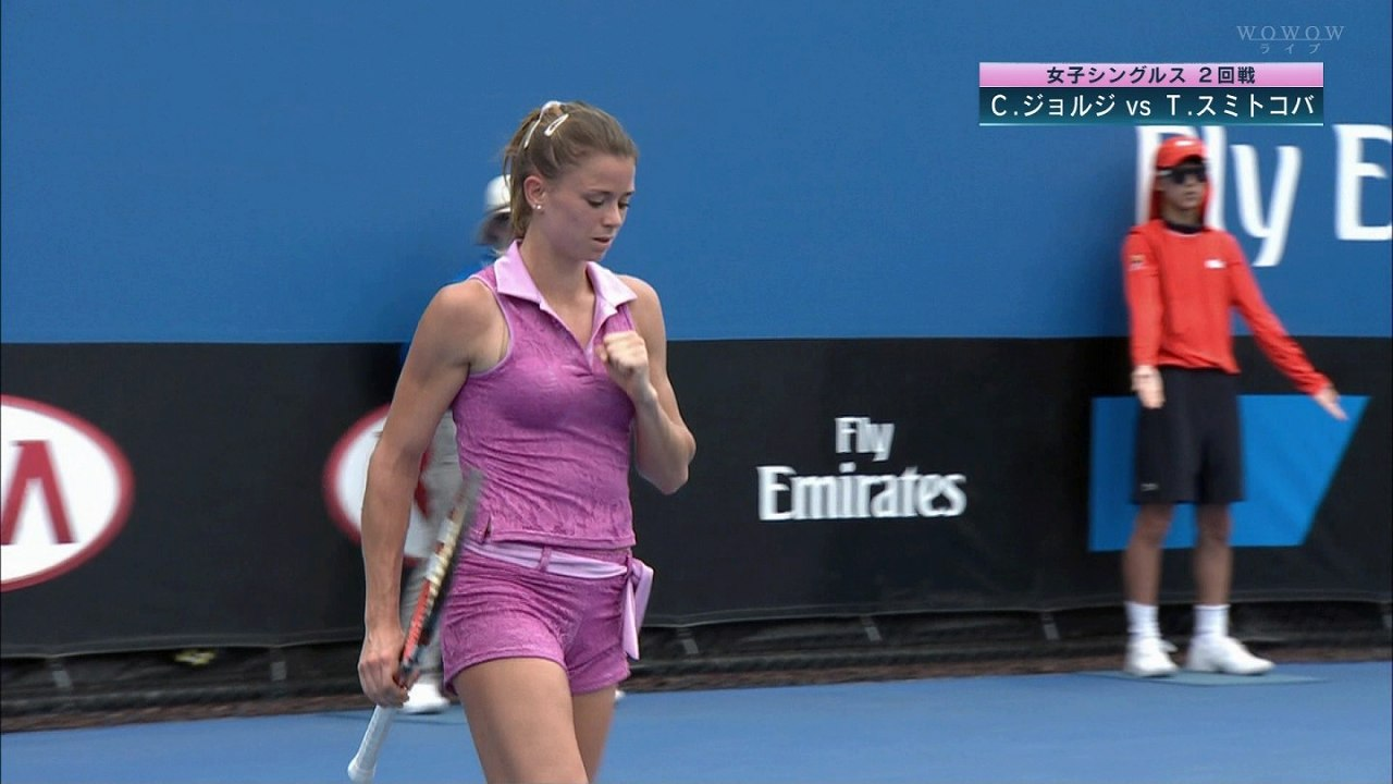 汗だくでテニスをするカミラ・ジョルジ