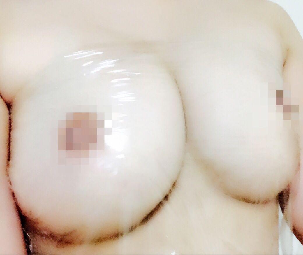 爆乳素人女の自撮り画像(サランラップを巻いただけのノーブラおっぱい)