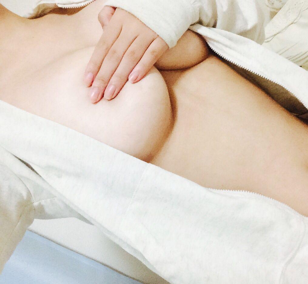 爆乳素人女の自撮り画像(手ブラおっぱい)