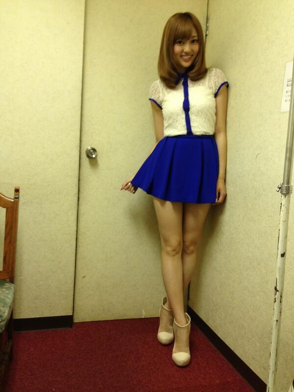 ミニスカートを履いた菊地亜美