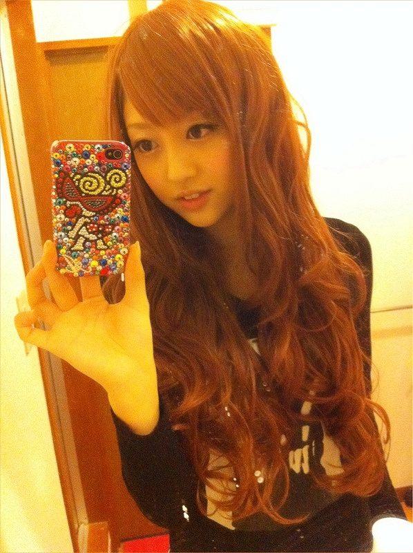 金髪ロングヘアの菊地亜美