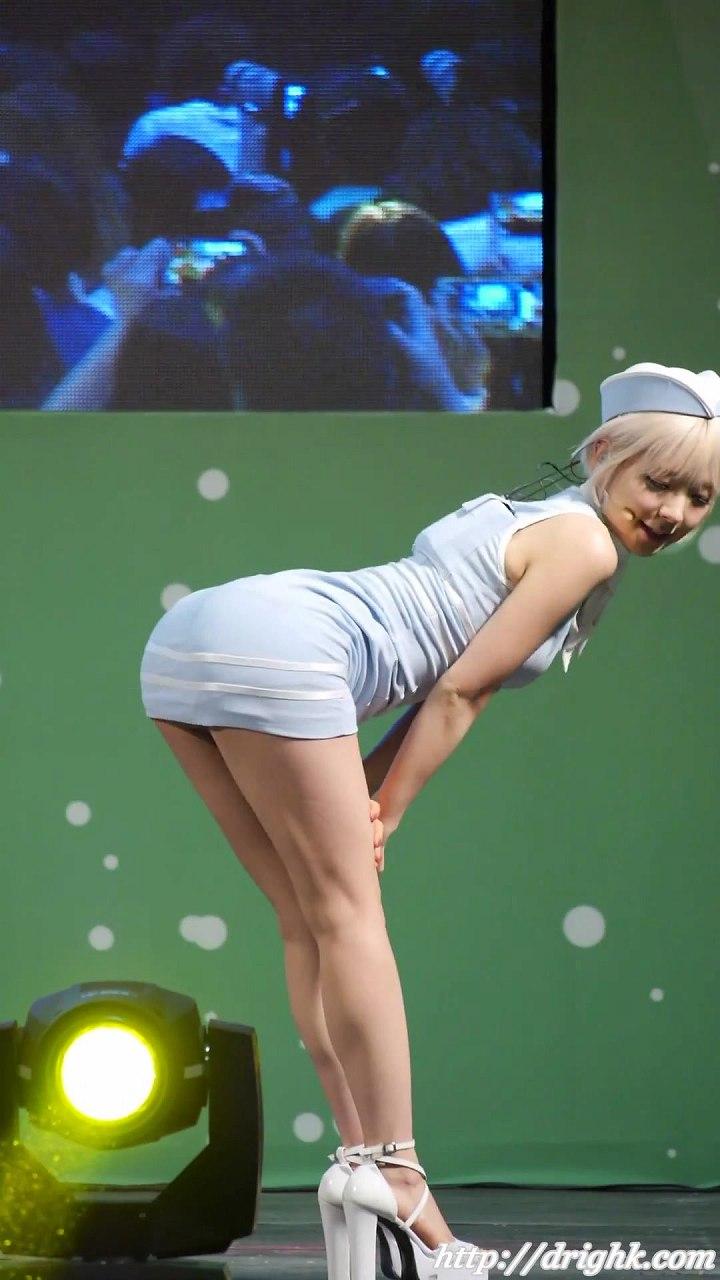 ステージで超ミニスカートで踊るAOAのチョア