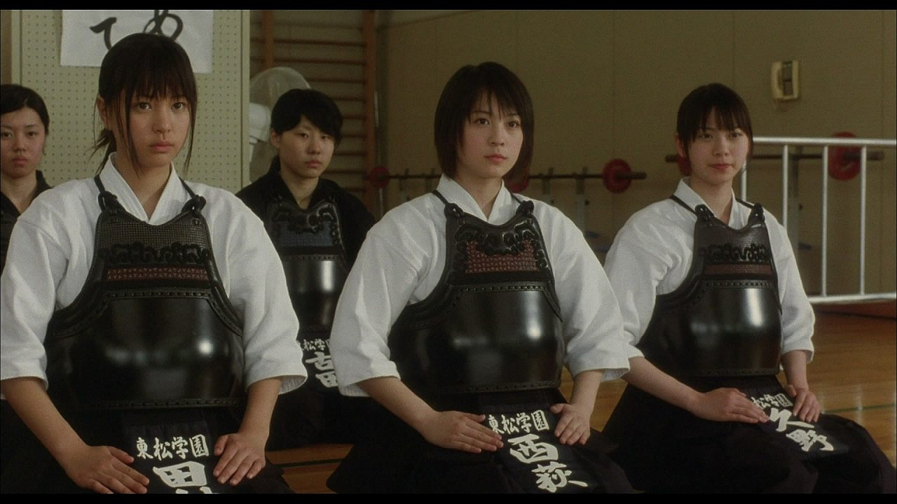 映画「武士道シックスティーン」で剣道の胴着を着た北乃きいと山下リオ
