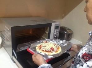 おやつにパジャマ姿でピザを作る加藤茶