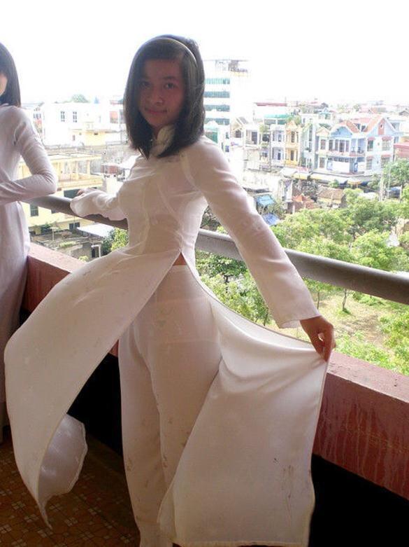 ベトナムの学校で白いアオザイを着ている女の子