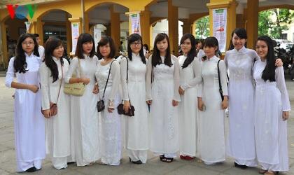 白いアオザイを着たベトナムの女の子
