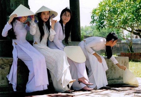 傘を被った白いアオザイの女の子
