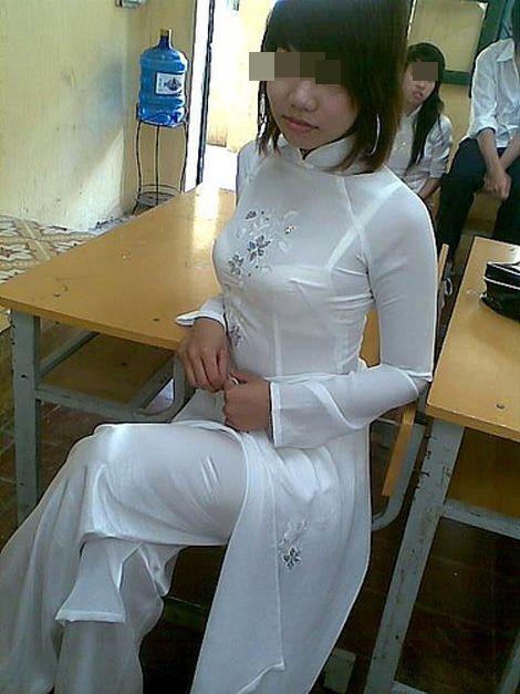 白いアオザイを着て下着が透けてる女の子