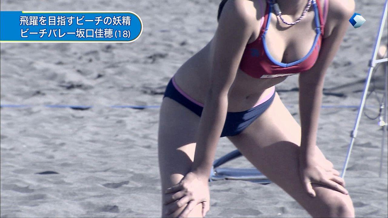 ビキニ姿でビーチバレーをする坂口佳穂