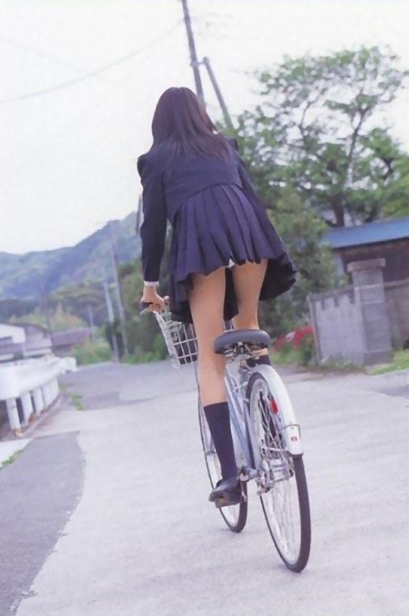 自転車に乗った制服女子高生のパンチラ