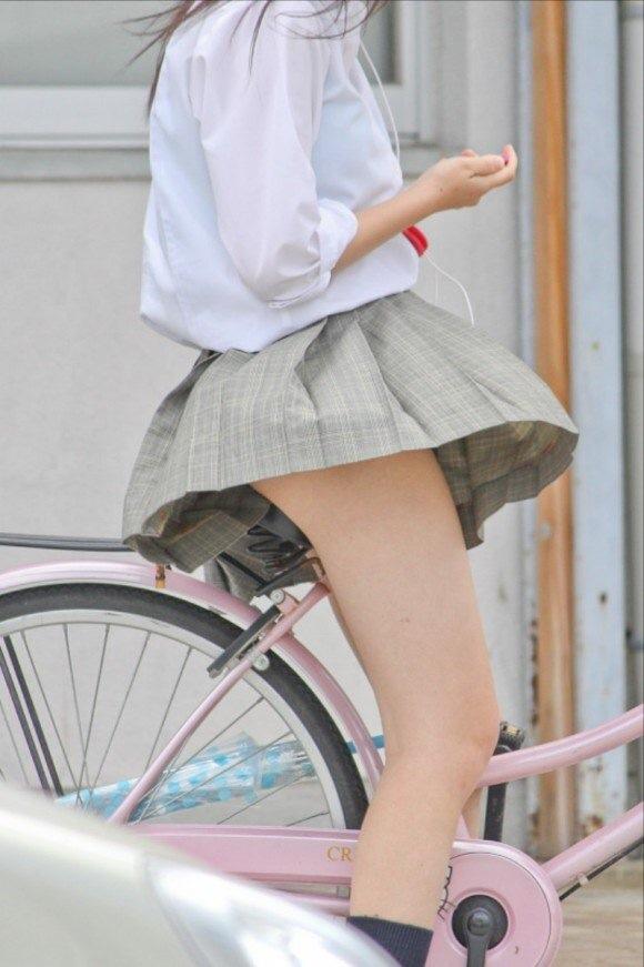 パンツが見えそうで見えない自転車に乗った制服女子高生