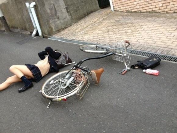 自転車で転んでパンチラしてる女子高生