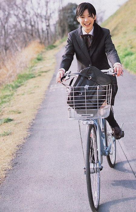 制服で自転車に乗る夏帆