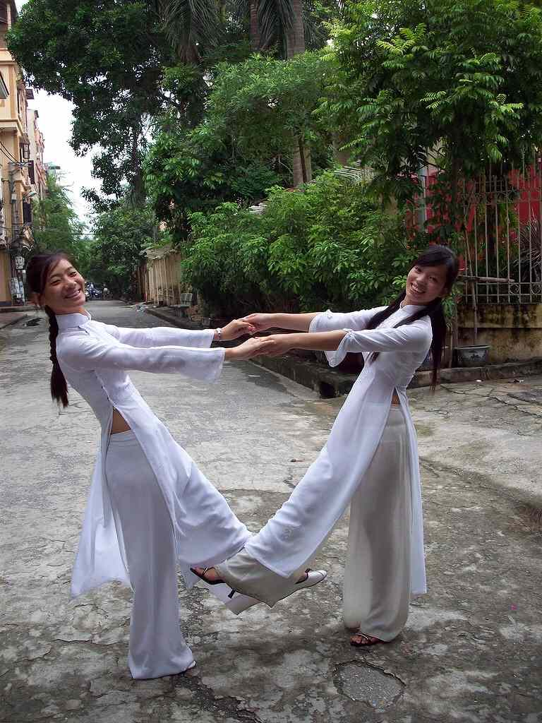 白いアオザイを着た女の子