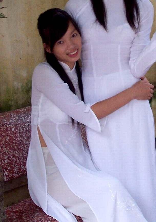 白いアオザイを着て下着がスケスケの女の子