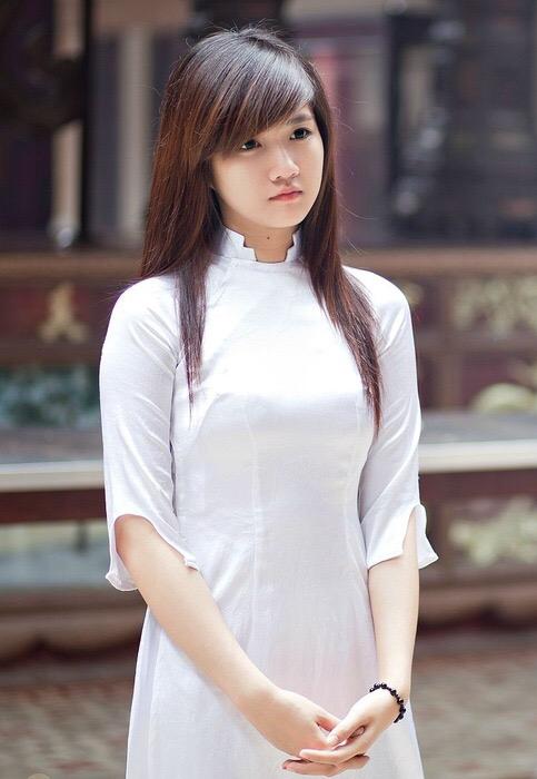 白いアオザイを着た可愛い女の子