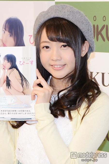 ファースト写真集「ぴーす」発売記念イベントでの木崎ゆりあ
