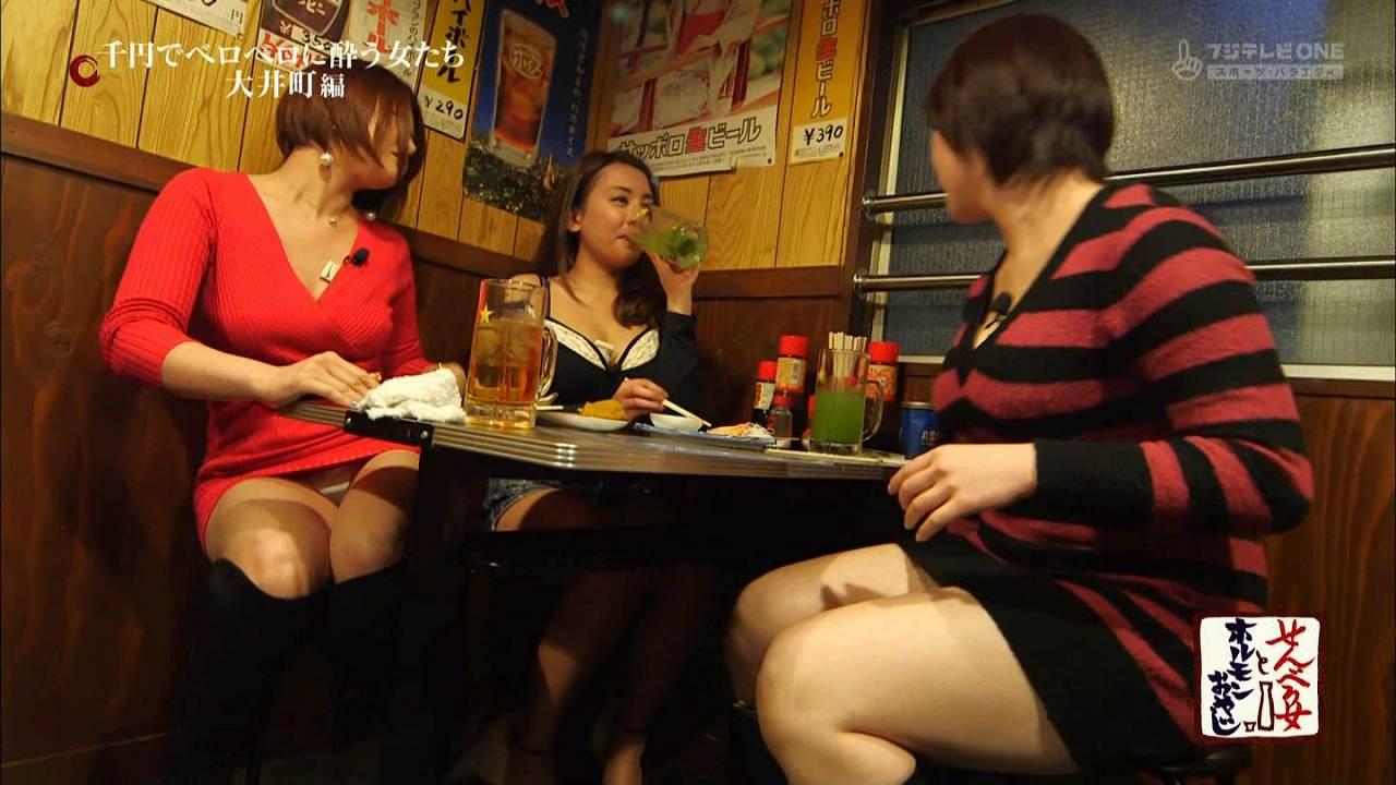ミニスカワンピースで太もも丸出し、パンチラする女性