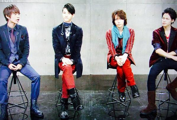 KAT-TUNメンバーと椅子に座る亀梨和也、短足過ぎる