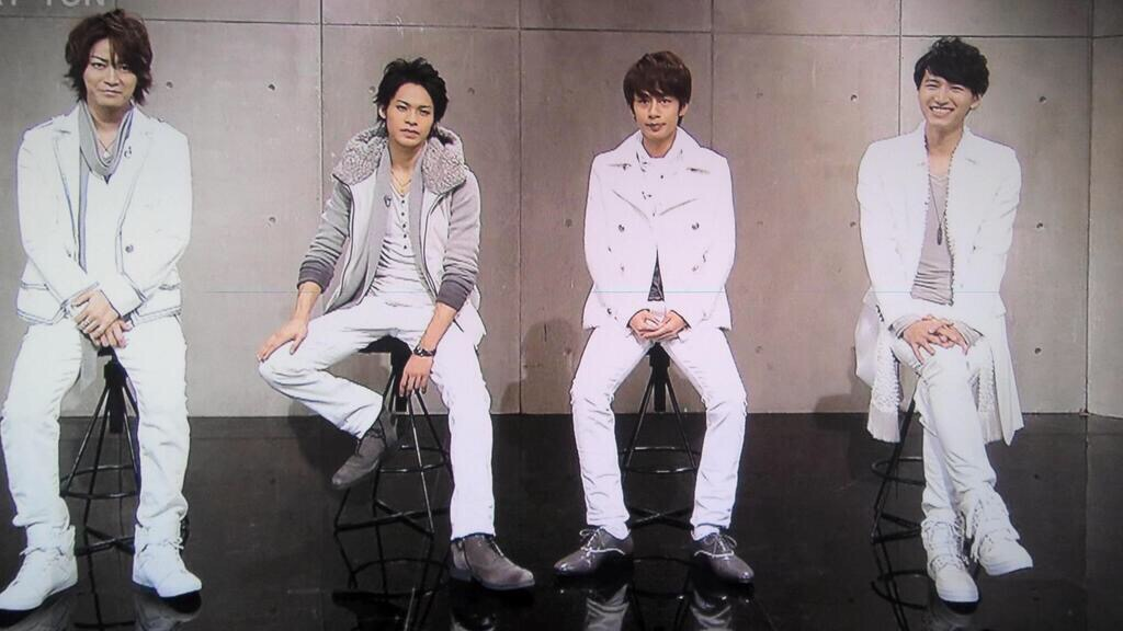 KAT-TUNメンバーと並んで座る亀梨和也
