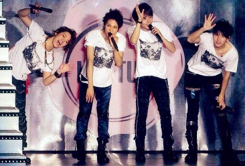 KAT-TUNメンバーと並んで立つ亀梨和也