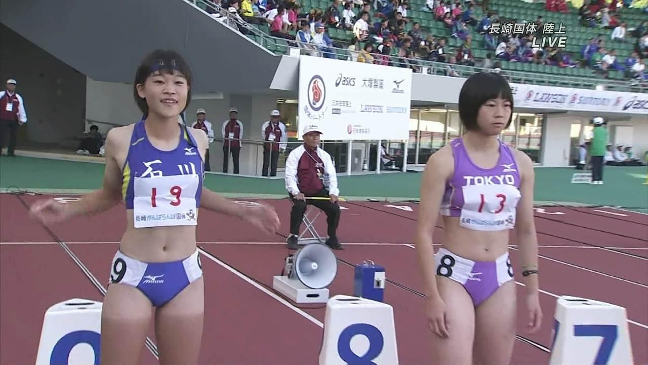 ユニフォームを着た陸上の女子選手