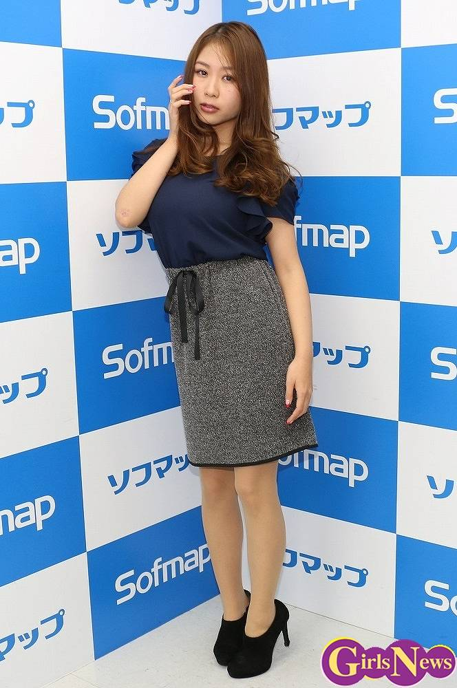 DVD&ブルーレイ「あまい誘惑」の発売を記念してソフマップに登場したIカップグラドル・西田麻衣