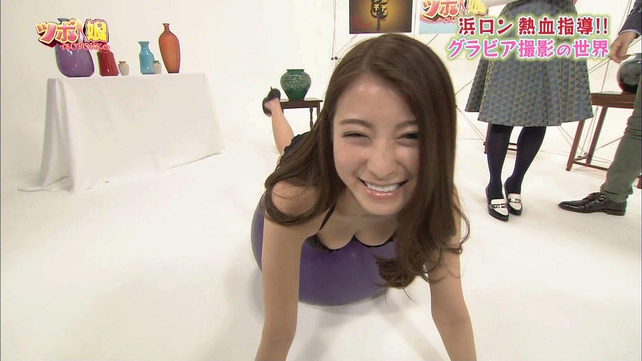 TBS「ツボ娘」でバランスボールをする手塚穂奈美