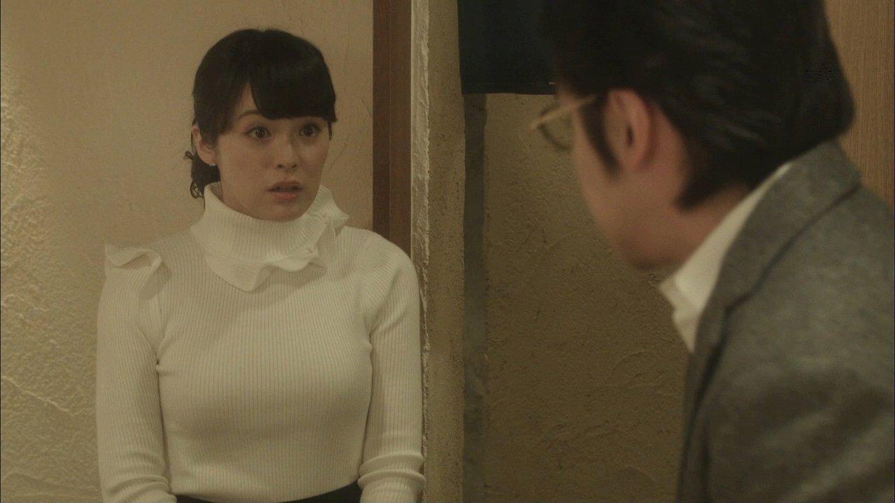 ドラマ「女くどき飯」でぴっちりニットを着た貫地谷しほりの着衣おっぱい