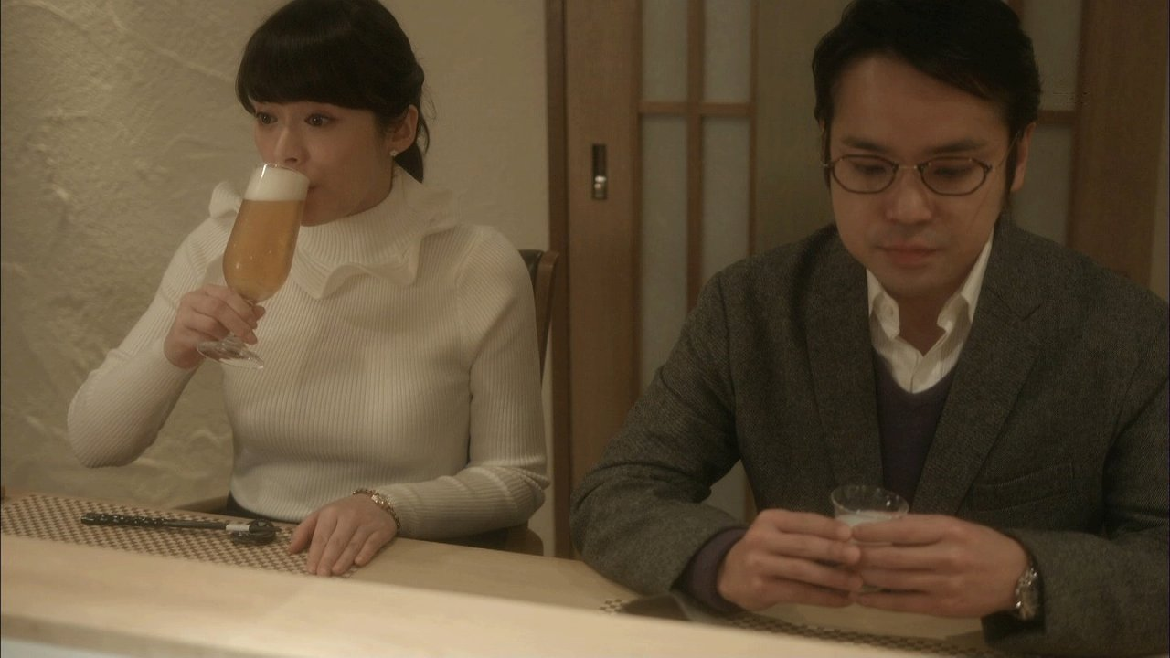 ドラマ「女くどき飯」でぴったりニットを着た貫地谷しほりの着衣おっぱい