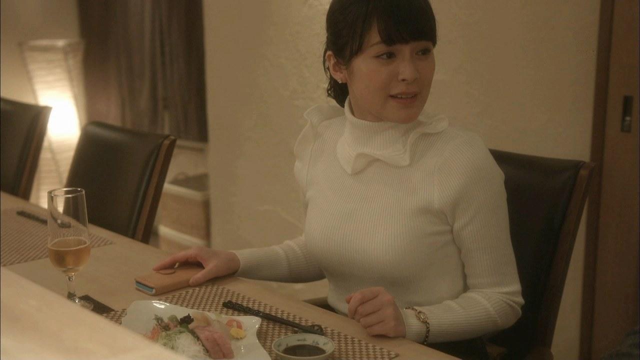 ドラマ「女くどき飯」でぴっちりニットを着た貫地谷しほりの着衣巨乳