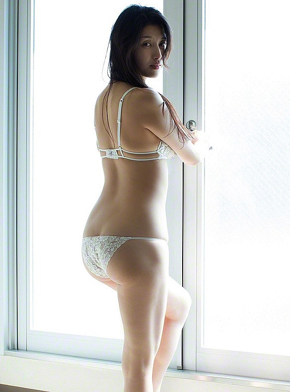 極小下着姿の橋本マナミ