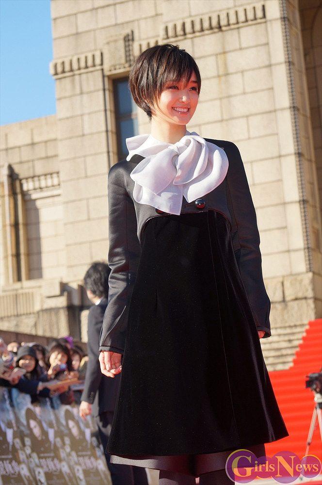 映画「黒執事」のレッドカーペットイベントで幻蜂清玄(汐璃)の衣装を着た剛力彩芽