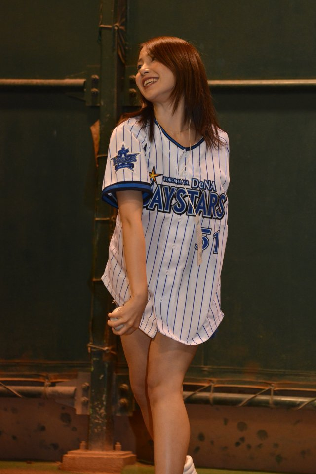 野球のユニフォームを着た吉川友