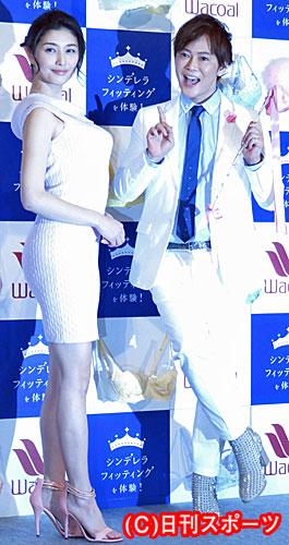 イベントで美乳を披露する橋本マナミと植松晃士