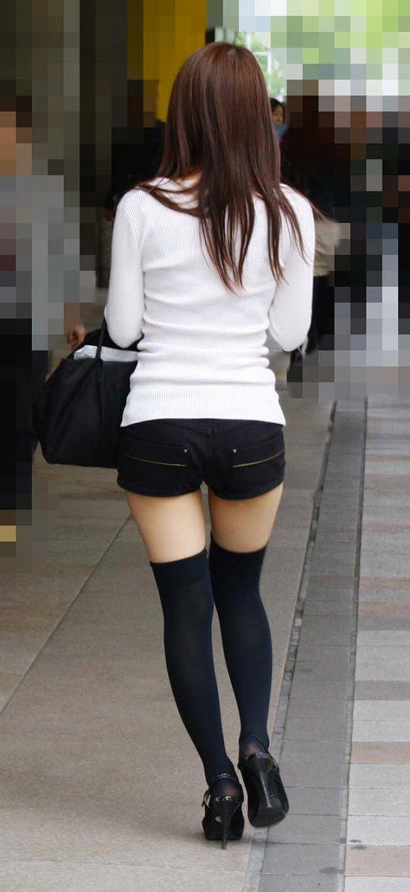 タイトスカートを履いたOL