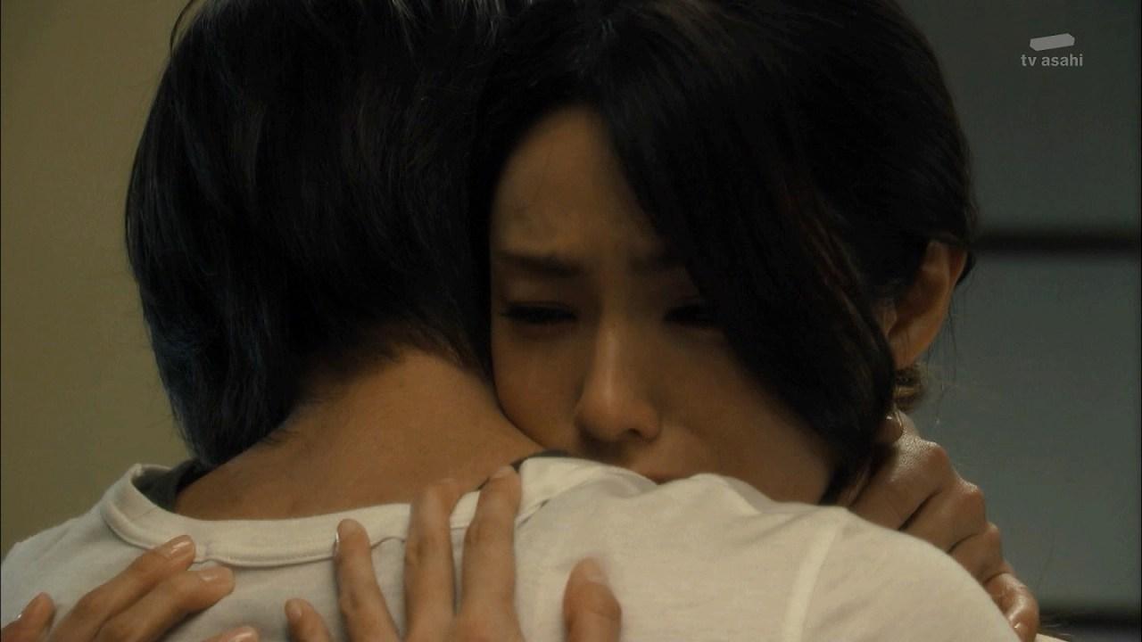 ドラマ「セカンド・ラブ」で抱き合う亀梨和也と深田恭子