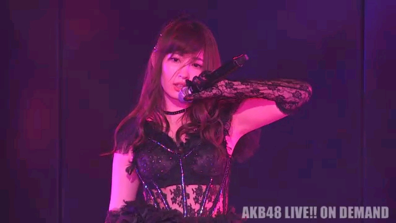 ステージ衣装を着たセクシーな小嶋陽菜