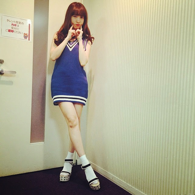 ミニニットワンピースを着た小嶋陽菜