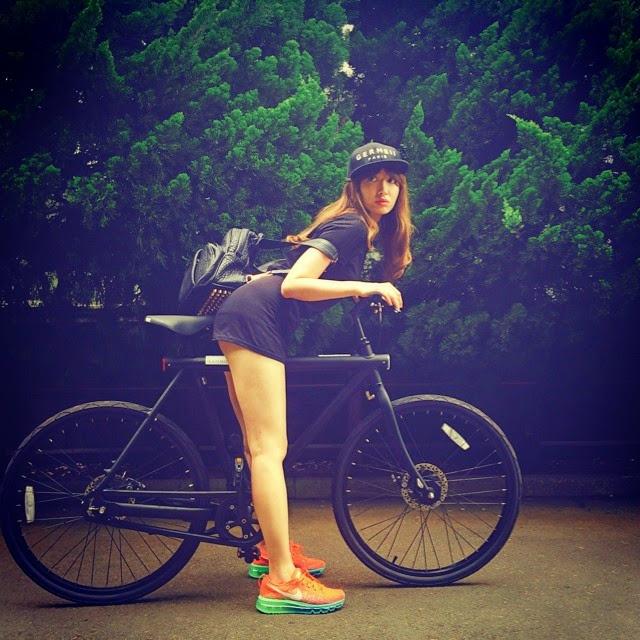 ミニスカートで自転車にまたがる小嶋陽菜
