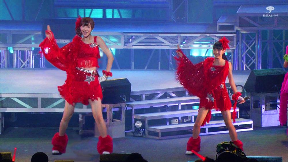 ステージで並んで立つ熊井友理奈と飯窪春菜
